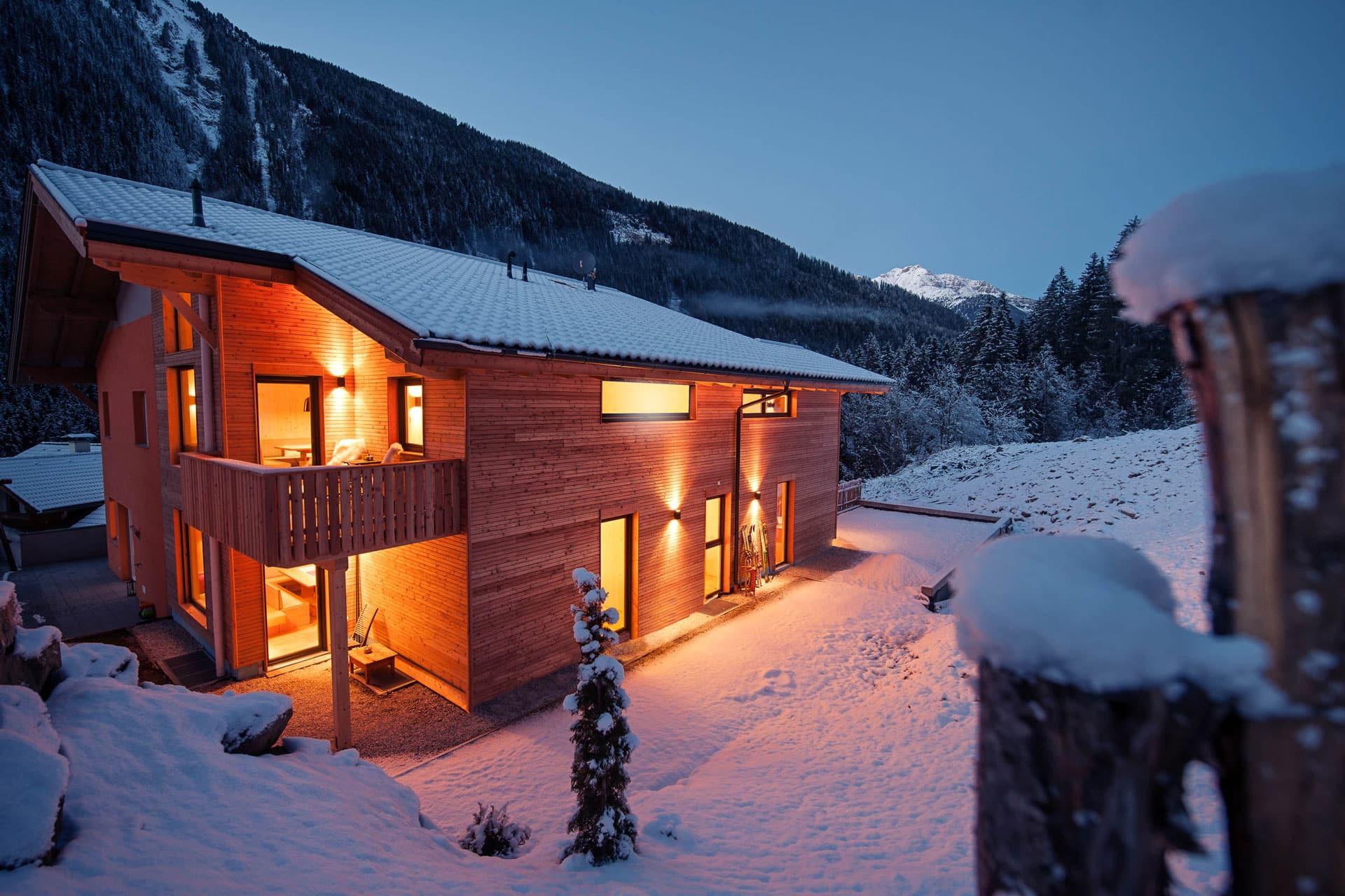 Seitenansicht Haus Wald, Garten im Winter